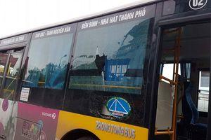 Hải Phòng: Đường bụi… ném vỡ kính xe bus khiến hành khách hoảng loạn