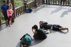 Hôn nhau, nằm bò ra sân chùa Linh Quy Pháp Ấn chụp ảnh