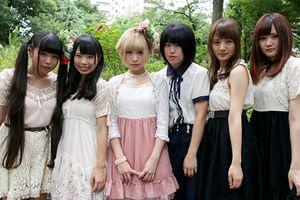 Nhóm nhạc nữ Nhật Bản gây phản cảm khi chụp ảnh 'giường chiếu' với fan