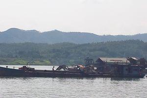 Hàng trăm tàu cuốc ngang nhiên giăng kín sông Đà hút cát, xã hội đen vào tận nhà đe dọa dân