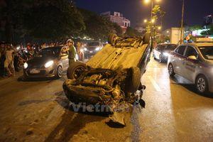 Hà Nội: Ôtô tai nạn nằm 'phơi bụng' trên đường trong giờ cao điểm
