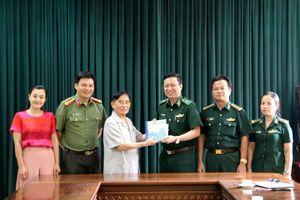 Nhà văn Trần Hữu Tòng trao tặng Cục Chính trị BĐBP 2 cuốn sách về liệt sĩ Trần Văn Thọ