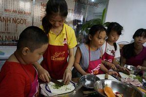 Trẻ chọn học nấu ăn thay vì chơi ipad