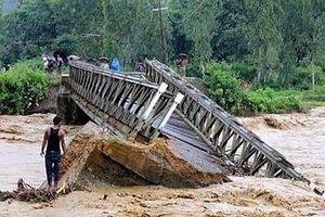 Sập cầu Nậm Ban tại Sơn La do mưa lũ