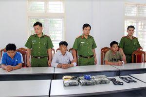 Bắt hiệu trưởng, giáo viên người nước ngoài buôn ma túy vào Việt Nam