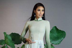 Người đẹp và tà áo Việt