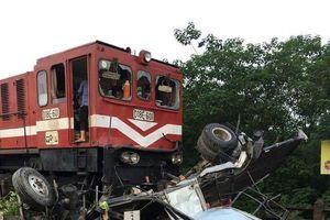 Ô tô băng ẩu qua đường ray, bị tàu hỏa tông nát