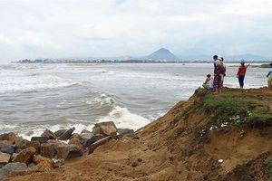 Triều cường 'xóa sổ' khu sửa chữa tàu thuyền lớn nhất Phú Yên