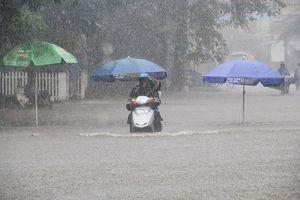 Lâm Đồng: TP.Bảo Lộc đường phố biến thành 'sông' nước tràn vào nhà gần 20 hộ dân