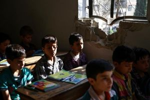 Nhói lòng hình ảnh trẻ em Syria đi học trong 'mưa bom bão đạn'