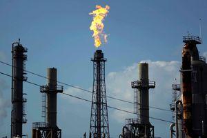 Giá dầu Brent tăng lên trên 61 USD/thùng, gần chạm đỉnh 2 năm
