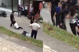 Đi nhà nghỉ với trai lại, gái xinh bị người yêu túm tóc kéo trên đường và đánh dã man ở Hà Nội
