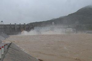 Bình Định thiệt hại lớn do bão số 12, hồ thủy lợi tiến hành điều tiết lũ