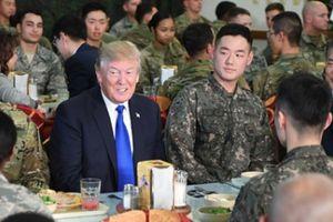 Khước từ tiệc chiêu đãi, ông Trump chọn ăn trưa cùng binh sĩ Mỹ-Hàn