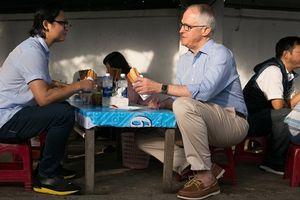 Thủ tướng Úc thưởng thức món bánh mì ở Đà Nẵng