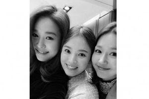 Sao Hàn 11/11: Song Hye Kyo khoe ảnh kỷ niệm tình bạn 20 năm với Ock Joo Hyun
