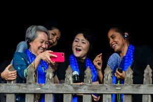 Phu nhân lãnh đạo cấp cao APEC selfie ở Hội An