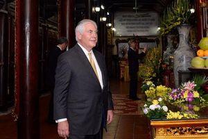 Ngoại trưởng Mỹ thăm chùa Trấn Quốc và nhà tù Hỏa Lò