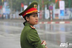 Nữ công an xinh đẹp bảo vệ trước khách sạn Chủ tịch Tập Cận Bình