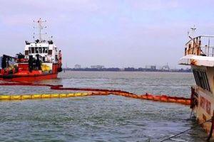 Bắt đầu hút dầu, trục vớt tàu hàng bị chìm trên biển Quy Nhơn