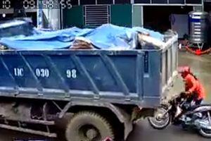 Clip: Xe tải lùi bất cẩn, suýt cuốn người phụ nữ vào gầm