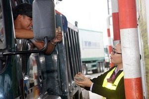 Nhiều tài xế dùng tiền lẻ để mua phí qua BOT Nam Bình Định