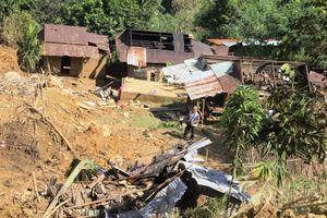 Infographic Tan hoang vì sạt lở núi, hàng trăm hộ dân bỏ làng đi tìm nơi ở mới