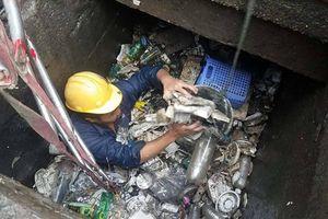 Cống thoát nước Sài Gòn... ngập trong rác