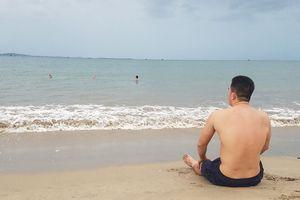 Người dân Ninh Thuận tắm biển trước khi áp thấp nhiệt đới vào bờ