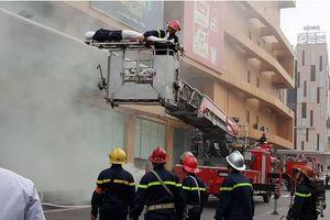 'Cháy'ở tòa nhà Mipec Tower, 2 người mắc kẹt trên tầng cao được giải cứu