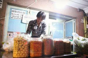 Người Sài Gòn vây quanh mua bánh tráng trộn của ông chủ 'nghệ sĩ cực chất'