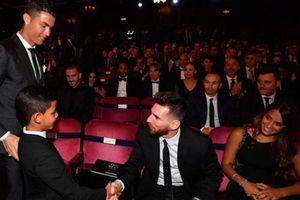 Con trai Ronaldo: 'Papa, bố đã có nhiều Quả bóng vàng như Messi'