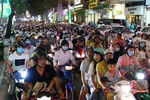 Triệu người đổ về trung tâm TP.HCM đêm giao thừa 2018, xe cộ kẹt cứng