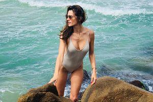Cựu thiên thần nội y Alessandra diện áo tắm, đón năm mới ở bãi biển