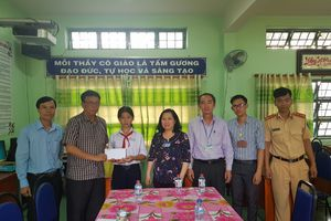 Báo Giao thông trao quà cho học sinh khó khăn tại TP.HCM
