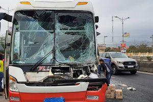 Tông vào đuôi xe tải, đầu xe khách vỡ nát