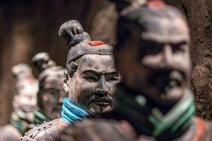 Tượng đất nung 2.000 năm từ mộ Tần Thủy Hoàng bị khách Mỹ vặt tay