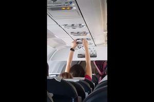 Nữ hành khách hong 'quần chíp' qua lỗ điều hòa trên máy bay