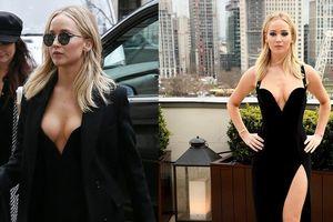 Jennifer Lawrence 'thời trang phang thời tiết' với quả váy hở ngực xẻ đùi