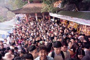 Chưa khai hội, biển người đã 'chôn chân' ở chùa Hương