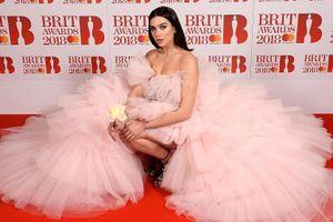Dàn người đẹp lộng lẫy váy áo hàng hiệu trên thảm đỏ Brit Awards
