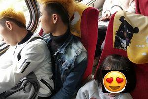 Hai lao động Việt nhường ghế cho trẻ em trên chuyến tàu tết tại Đài Loan gây xúc động