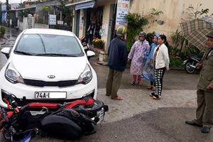 Xe đạp điện lọt gầm ô tô 4 chỗ, 2 nữ sinh nguy kịch