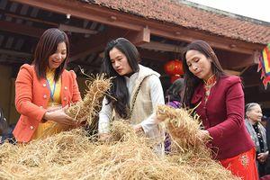 Dân làng Thị Cấm háo hức xem kéo lửa, thổi cơm thi ngay tại sân đình