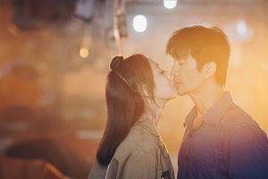 'Nụ hôn đẹp hơn ngôn tình' của Dustin Nguyễn - Thu Trang trong 798Mười