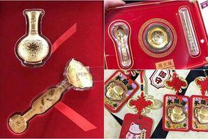 Các gia đình Việt mua bát đũa vàng, lục bình vàng để cầu may ngày vía Thần Tài