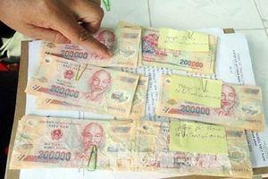 Mua bán tiền giả, nhận tiền thật rồi trả cho bạn hàng... khăn ướt