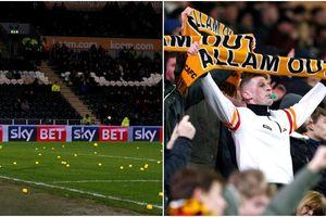 Bất mãn với chủ tịch CLB, CĐV Hull City ném bóng xuống sân quấy rối trận đấu