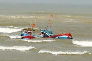 Chìm tàu cá, 11 ngư dân Quảng Ngãi được cứu sống