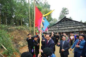 Chủ tịch nước Trần Đại Quang dựng cây nêu, đánh yến cùng đồng bào các dân tộc